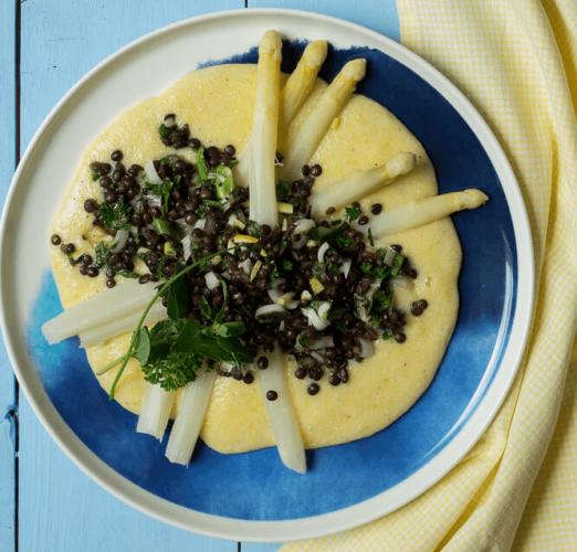 Spargel mit Polenta und Linsen-Salsa